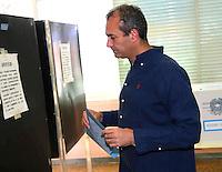 Elezioni 2016 bollataggio per elezione del sindaco di Napoli<br /> Luigi De Magistris al voto