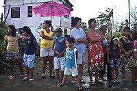 People waiting for some reliefs boxes in the village of Palo at about 20km from Tacloban. <br /> <br /> Les gens attendent pour des boîtes de secours dans le village de Palo à environ 20 km de Tacloban.