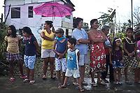 People waiting for some reliefs boxes in the village of Palo at about 20km from Tacloban. <br /> <br /> Les gens attendent pour des bo&icirc;tes de secours dans le village de Palo &agrave; environ 20 km de Tacloban.