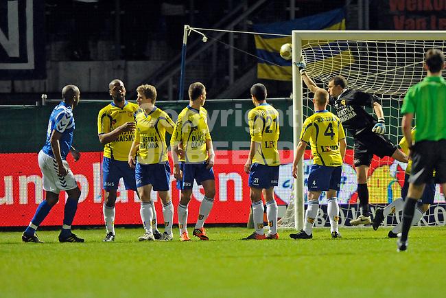 LEEUWARDEN - Voetbal, SC Cambuur - AGOVV, Cambuur stadion, seizoen 2011-2012, 12-03-2012  AGOVV Apeldoorn speler  Stanely Tailor (l) knalt een vrije trap net langs de paal.