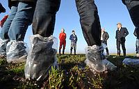 ALGEMEEN: JOURE/VEGELINOORD: 19-01-2015, Muizenplaag Haskerveenpolder, Ook bij het boerenbedrijf van de fam. Jansma werd gekeken naar de grote schade aan de landerijen door de muizen, ©foto Martin de Jong