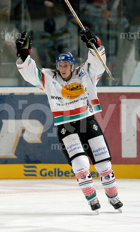 Eishockey, DEL 2004/2005, Arena Nuernberg (Germany), Nuernberg Ice Tigers - Augsburger Panther (7:5) Jubel, Rick Girard (Panther) mit erhobenen Armen.