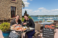 France, Morbihan (56), Île-aux-Moines , restaurant:   San Francisco , les deux soeurs, Camille et Mathilde Vermynck // France, Morbihan, Île aux Moines,  restaurant San Francisco , the sisters Camille et Mathilde Vermynck [Non destiné à un usage publicitaire - Not intended for an advertising use]