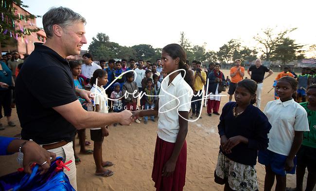 KHUNTI (Jharkhand) -  Finaledag Interschool Hockey League 2016. ONE MILLION HOCKEY LEGS  is een project , geïnitieerd door de Nederlandse- en Indiase overheid, met het doel om trainers en coaches op te leiden en  500.000 kinderen in India te laten hockeyen.  Ex international Floris Jan Bovelander  (l)  is een van de oprichters en het gezicht van OMHL.   COPYRIGHT KOEN SUYK