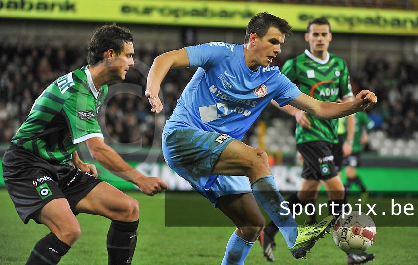Cercle Brugge - KV Kortrijk : Ivan Santini aan de bal voor Stef Wils (links)<br /> foto VDB / Bart Vandenbroucke