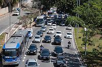 SÃO PAULO-SP-19,09,2014- TRÂNSITO 23 DE MAIO- O Motorista enfrenta lentidão na Avenida 23 de Maio sentido Santana.Próximo ao Viaduto Predroso na tarde dessa Terça-Feira,22 (Foto:Kevin David/Brazil Photo Press)