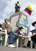 BOGOTA -COLOMBIA. 13-05-2014. Siete días completaron los campesinos encadenados en la plaza de Bolivar que protestan por los incumplimientos del gobierno nacional con los acuerdos agrarios. / Seven days completed peasants chained in Bolivar Square to protest for breaches of the national government with the agrarian agreements.  . Photo: VizzorImage/ Felipe Caicedo / Staff