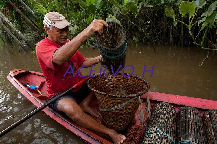 Pescador José Maria da Silve, 62 anos, casado 5 filhos mostra os poucos camarões que consegue pegar com o matapi(armadilha para camarões) <br /> Rio Aurá.<br /> Belém, Pará, Brasil<br /> Foto Paulo Santos<br /> 19/03/2013