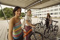 Ort: Bitterfeld /Sachsen Anhalt/ Germany..Datum:29.06.2005..Berufsschulzentrum August von Parseval Bitterfeld Industriegebiet/ Berufsschule Bitterfeld/....(Dunkelhaarige) Mendy ..(Mitte): Juliane..(rechts mit Pferdeschwanz): Steffi..