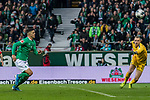 02.11.2019, wohninvest WESERSTADION, Bremen, GER, 1.FBL, Werder Bremen vs SC Freiburg<br /> <br /> DFL REGULATIONS PROHIBIT ANY USE OF PHOTOGRAPHS AS IMAGE SEQUENCES AND/OR QUASI-VIDEO.<br /> <br /> im Bild / picture shows<br /> Milot Rashica (Werder Bremen #07), <br /> Mark Flekken (SC Freiburg #26), <br /> <br /> Foto © nordphoto / Ewert