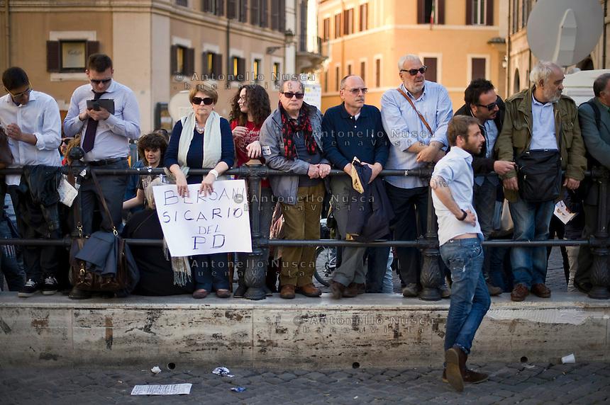 La rassegnazione nel volto dei manifestanti alla notizia della ri-elezione di Giorgio Napolitano. Centinaia di persone si sono radunate in Piazza di Montecitorio per protestare contro l'elezione a Presidente della Repubblica di Franco Marini e Giorgio Napolitano.