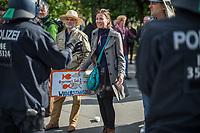 """Am Samstag den 16. Mai 2020 demonstrierten in Berlin an mehreren Orten mehrere hundert Menschen mit sog. """"Hygiene-Demonstrationen"""" gegen die Einschraenkungen zur Eindaemmung der Covid-19-Pandemie. An diesen """"Hygiene-Demonstrationen"""" nahmen vor allem Verschwoerungsanhaenger aber auch Hooligans, Neonazis und andere Rechte teil.<br /> Im Bild: Polizeibeamte haben eine ungenehmigte Demonstration von bis zu 500 Menschen zu gestoppt.<br /> 16.5.2020, Berlin<br /> Copyright: Christian-Ditsch.de<br /> [NUR FUER REDAKTIONELLE ZWECKE! Werbung nur auf Anfrage beim Fotografen. Inhaltsveraendernde Manipulation des Fotos nur nach ausdruecklicher Genehmigung des Fotografen. Vereinbarungen ueber Abtretung von Persoenlichkeitsrechten/Model Release der abgebildeten Person/Personen liegen nicht vor. NO MODEL RELEASE! Don't publish without copyright Christian-Ditsch.de, Veroeffentlichung nur mit Fotografennennung, sowie gegen Honorar, MwSt. und Beleg. Konto: I N G - D i B a, IBAN DE58500105175400192269, BIC INGDDEFFXXX, Kontakt: post@christian-ditsch.de<br /> Bei der Bearbeitung der Dateiinformationen darf die Urheberkennzeichnung in den EXIF- und  IPTC-Daten nicht entfernt werden, diese sind in digitalen Medien nach §95c UrhG rechtlich geschuetzt. Der Urhebervermerk wird gemaess §13 UrhG verlangt.]"""
