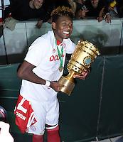 FUSSBALL  DFB POKAL FINALE  SAISON 2015/2016 in Berlin FC Bayern Muenchen - Borussia Dortmund         21.05.2016 DER FC BAYERN IST POKALIEGER 2016: David Alaba (FC Bayern Muenchen) jubelt mit dem Pokal
