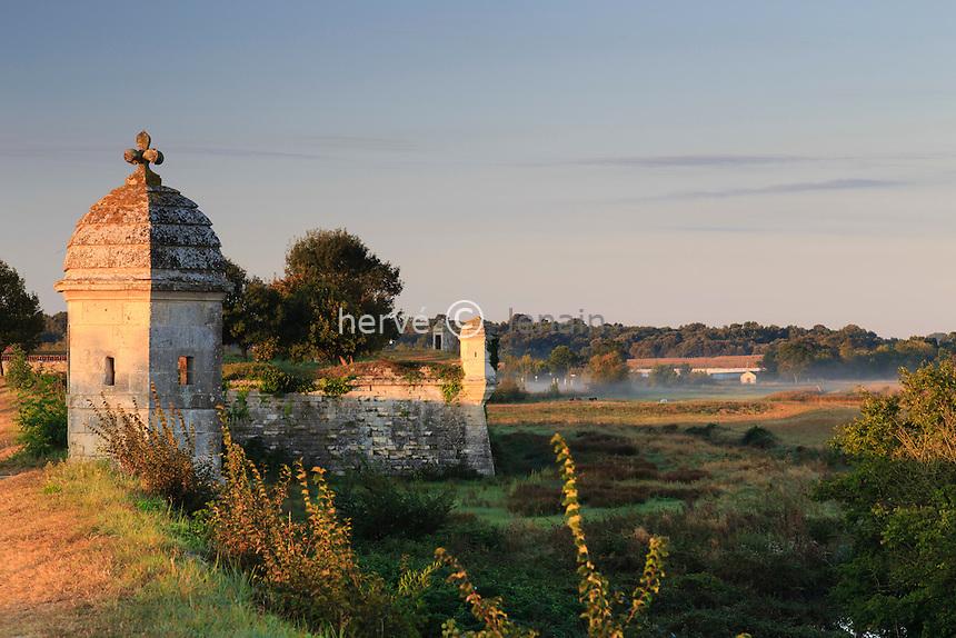 France, Charente-Maritime (17), Hiers-Brouage, citadelle de Brouage, les remparts et guérites au lever de soleil // France, Charente Maritime, Hiers Brouage, Citadel of Brouage, walls and turrets