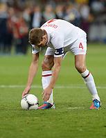 FUSSBALL  EUROPAMEISTERSCHAFT 2012   VIERTELFINALE England - Italien                     24.06.2012 Steven Gerrard (England) legt sich den Ball zurecht