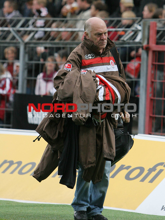 2.Liga FBL 2009/2010  Testspiel<br /> FC St.Pauli vs. Heart of Midlothian 2:0 (1:0)<br /> <br /> <br /> Zeugwart Bubu Bubke mit Trikots.<br /> <br /> <br /> Foto &copy; nph (nordphoto)<br /> <br /> *** Local Caption ***