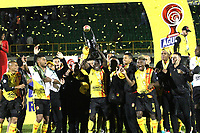 TUNJA- COLOMBIA, 26-11-2019:Jugadores de Deportivo Pereira celebran con el trofeo  el campeonato Torneo Águila II 2019 al ganar al Boyacá Chicó durante partido de vuelta por la final del Torneo Águila 2019 II entre  Boyacá Chicó jugado en el estadio La Independencia  de la ciudad de Tunja. / <br /> Deportivo Pereira players celebrate with the trophy the Águila II Tournament Championship by winning Boyaca Chico during the second leg of the 2019 Águila Tournament final between Boyacá Chicó and Deportivo Pereira played at the La Independencia stadium in the city of Tunja.  Photo: VizzorImage/ Felipe Caicedo  / Staff