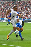 Simon Falette (Eintracht Frankfurt) klaert gegen Mario Gomez (VfL Wolfsburg) - 26.08.2017: Eintracht Frankfurt vs. VfL Wolfsburg, Commerzbank Arena, 2. Spieltag Bundesliga