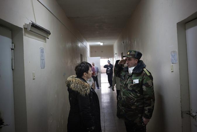 Eine &Auml;rztin besucht die Krankenstation im<br />Gef&auml;ngnis von Chisinau. Svetlana Doltu,<br />Leiterin der medizinischen Versorgung des Krankenhaus.<br />Paradoxerweise wurden in den Gef&auml;ngnissen, wo traditionell hohe<br />Infektionsraten die Regel waren, bessere Resultate erzielt als im<br />Rest des Landes, in dem die Raten wieder steigen&hellip; // Moldova is still the poorest country of Europe. Hopes to join the European Union are high. After progress in the past years tuberculosis is on the rise again. The number of new patients raise since 2010 and is on a level that has not been reached since the late 90s.
