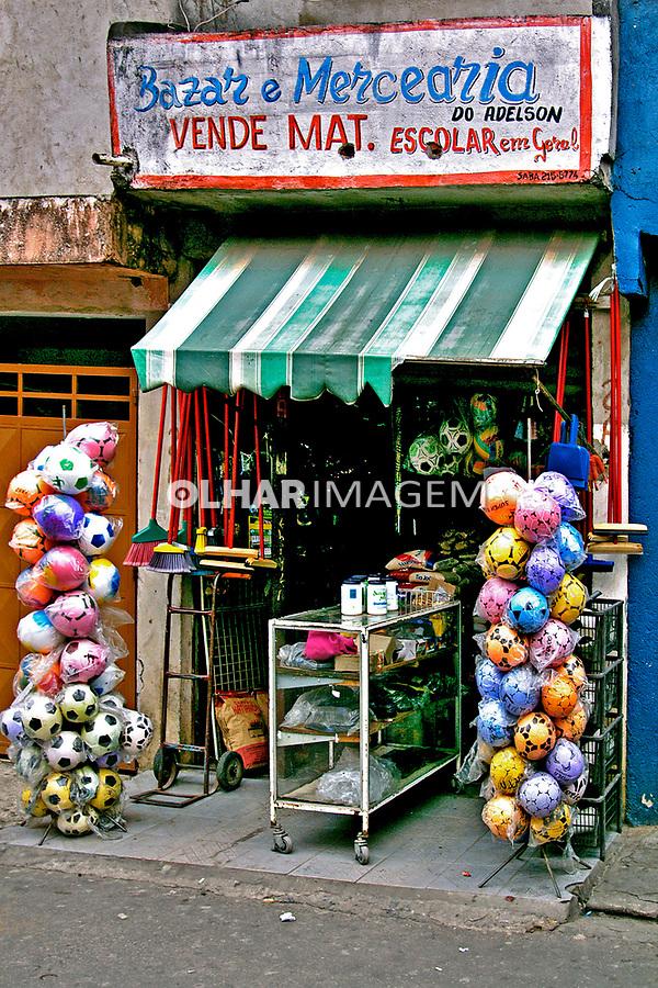 Pequeno comércio em Heliópolis, São Paulo. 2004. Foto de Juca Martins.