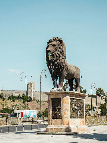 Einer der &bdquo;Zwei L&ouml;wen&ldquo; auf der rechten Seite der &ldquo;Goce Delcev&rdquo; Br&uuml;cke<br />