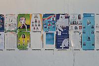 23 ottobre 2011 Tunisi, elezioni libere per l'Assemblea Costituente, le prime della Primavera araba: manifesti elettorali dei partiti candidati appesi ad un muro.<br /> premieres elections libres en Tunisie octobre <br /> tunisian elections