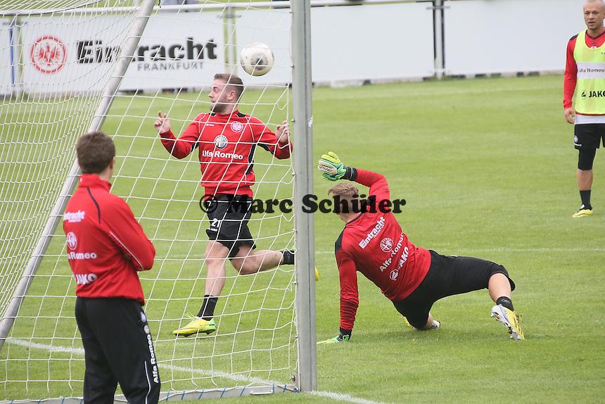 Philipp Wolf gegen Marc Stendera (Eintracht) - Eintracht Frankfurt vs. Training, Commerzbank Arena