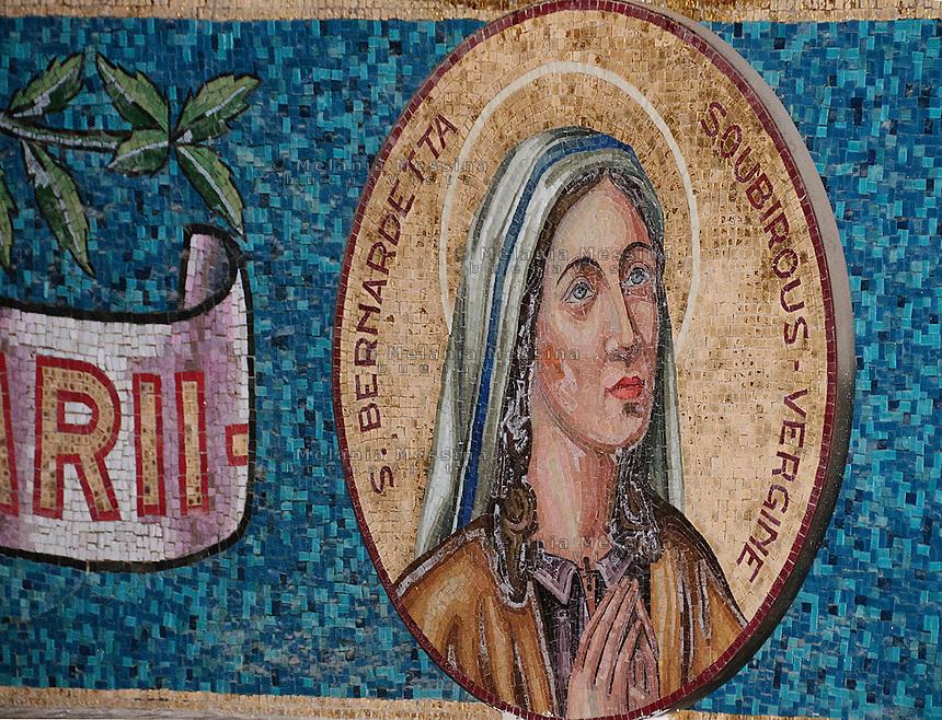 Santuario di Tindari, dettagli delle decorazioni musive.<br /> Tindari sanctuary: details of mosaic decorations along the nave