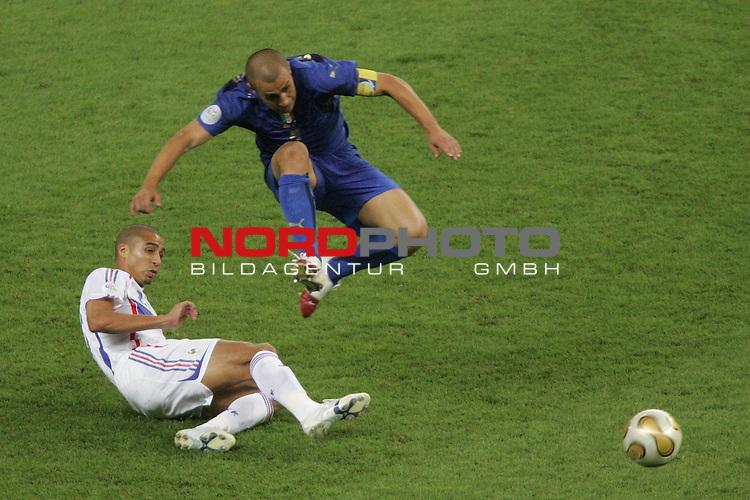 FIFA WM 2006 -  Final - Finale<br /> Play    #64  (09. Juli ) Italien - Frankreich<br /> <br /> David Trezeguet (links) von Frankreich im Zweikampf mit <br /> Fabio Cannavaro (rechts) von Italien.<br /> <br /> Foto &copy; nordphoto