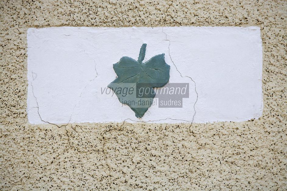 Europe/France/Aquitaine/40/Landes/Pimbo:  le village détail décoration d'une maison de vigneron représentant une feuille de  vigne