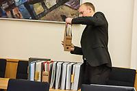 9. Sitzungstag des 1. Untersuchungsausschusses &quot;Terroranschlag Breitscheidplatz&quot; am Freitag den 26. Januar 2018.<br /> Als Zeugen fuer die 9. Sitzung des sog. &quot;Amri-Untersuchungsausschuss&quot; des Berliner Abgeordnetenhaus waren Mitarbeiter der Landeskriminalaemter Berlin und Nordrhein-Westphalen geladen.<br /> Der Amri-Untersuchungsausschuss will versuchen die diversen Unklarheiten im Fall des Weihnachtsmarkt-Attentaeters zu aufzuklaeren.<br /> Im Bild: Ein Ausschussmitarbeiter mit Akten zum Fall Amri.<br /> 26.1.2018, Berlin<br /> Copyright: Christian-Ditsch.de<br /> [Inhaltsveraendernde Manipulation des Fotos nur nach ausdruecklicher Genehmigung des Fotografen. Vereinbarungen ueber Abtretung von Persoenlichkeitsrechten/Model Release der abgebildeten Person/Personen liegen nicht vor. NO MODEL RELEASE! Nur fuer Redaktionelle Zwecke. Don't publish without copyright Christian-Ditsch.de, Veroeffentlichung nur mit Fotografennennung, sowie gegen Honorar, MwSt. und Beleg. Konto: I N G - D i B a, IBAN DE58500105175400192269, BIC INGDDEFFXXX, Kontakt: post@christian-ditsch.de<br /> Bei der Bearbeitung der Dateiinformationen darf die Urheberkennzeichnung in den EXIF- und  IPTC-Daten nicht entfernt werden, diese sind in digitalen Medien nach &sect;95c UrhG rechtlich geschuetzt. Der Urhebervermerk wird gemaess &sect;13 UrhG verlangt.]