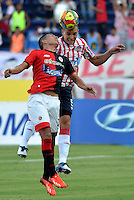 BARRANQUILLA- COLOMBIA -14-09-2013: Andres Correa (Der.) jugador de Atletico Junior disputa el balón con Edwin del Castillo (Izq.) durante partido en el estadio Metropolitano Roberto Melendez en la ciudad de Barranquilla, septiembre 14, 2013. Atletico Junior y Cucuta Deportivo en juego por la fecha 9 de la Liga Postobon II. (Foto: VizzorImage / Alfonso Cervantes / Str). Andres Correa (R) disputa el balon con Edwin del Castillo (L) during a match at the Metropolitano Roberto Melendez Stadium in Barranquilla city, on September 14, 2013. Atletico Junior and Cucuta Deportivo in a game for the nine date of the Postobon Leaguje II.(Photo: VizzorImage / Alfonso Cervantes / Str)