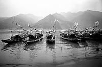 Yangtze-Fluss in der Provinz Hubei / China<br /> Die chinesische Regierung plant in der Provinz Hubei den Yangtze-Fluss mit einem Staudamm zur Stromgewinnung aufzustauen. Dabei werden ca. 3 Millionen Menschen umgesiedelt.<br /> Hier: Traditionelle Dschunken auf dem Yangtze-Fluss im &quot;Drei Schluchten-Nationalpark&quot;.<br /> 1992, Zigui, Provinz Hubei / China<br /> Copyright: Christian-Ditsch.de<br /> [Inhaltsveraendernde Manipulation des Fotos nur nach ausdruecklicher Genehmigung des Fotografen. Vereinbarungen ueber Abtretung von Persoenlichkeitsrechten/Model Release der abgebildeten Person/Personen liegen nicht vor. NO MODEL RELEASE! Nur fuer Redaktionelle Zwecke. Don't publish without copyright Christian-Ditsch.de, Veroeffentlichung nur mit Fotografennennung, sowie gegen Honorar, MwSt. und Beleg. Konto: I N G - D i B a, IBAN DE58500105175400192269, BIC INGDDEFFXXX, Kontakt: post@christian-ditsch.de<br /> Urhebervermerk wird gemaess Paragraph 13 UHG verlangt.]