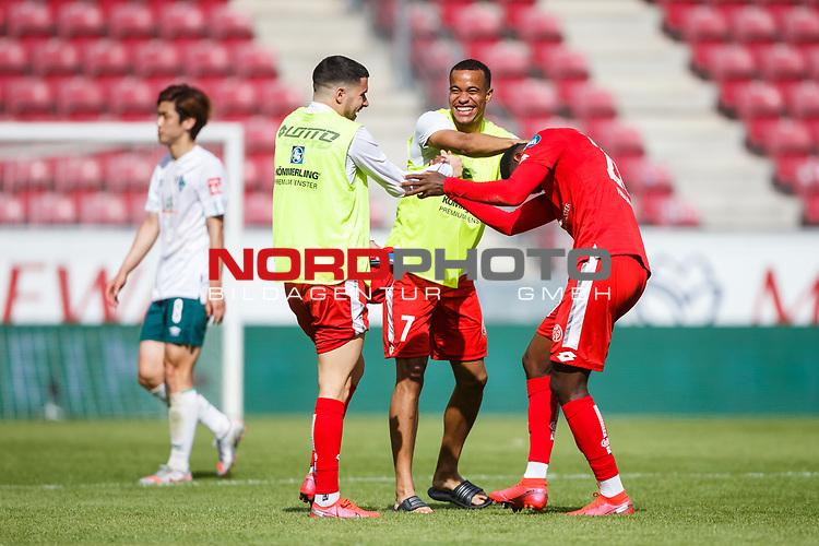 Robin Quaison (FSV Mainz 05), Aaron Martin (FSV Mainz 05) und Edimilson Fernandes (FSV Mainz 05) feiern den Sieg, <br /> <br /> Sport: Fussball: 1. Bundesliga:: nphgm001:  Saison 19/20: 33. Spieltag: 1. FSV Mainz 05 vs SV Werder Bremen 20.06.2020<br /> Foto: Neis/Eibner/Pool/via gumzmedia/nordphoto<br /><br />DFB regulations prohibit any use of photographs as image sequences and/or quasi-video.<br />Editorial Use ONLY<br />National and International News Agencies OUT<br />  DFL REGULATIONS PROHIBIT ANY USE OF PHOTOGRAPHS AS IMAGE SEQUENCES AND OR QUASI VIDEO<br /> EDITORIAL USE ONLY<br /> NATIONAL AND INTERNATIONAL NEWS AGENCIES OUT