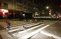 SÃO PAULO, SP, 15.05.2014 - BADERNAÇO CONTRA A COPA DO MUNDO -Manifestante abaixa a calça para o pelotão de choque da Policia Militar Mais uma manifestação na cidade de São Paulo nesta quinta-feira(15) denominada Badernaço Contra a Copa, protesto este contra os gastos excessivos da Copa do Mundos - (Foto: Aloisio Mauricio / Brazil Photo Press)