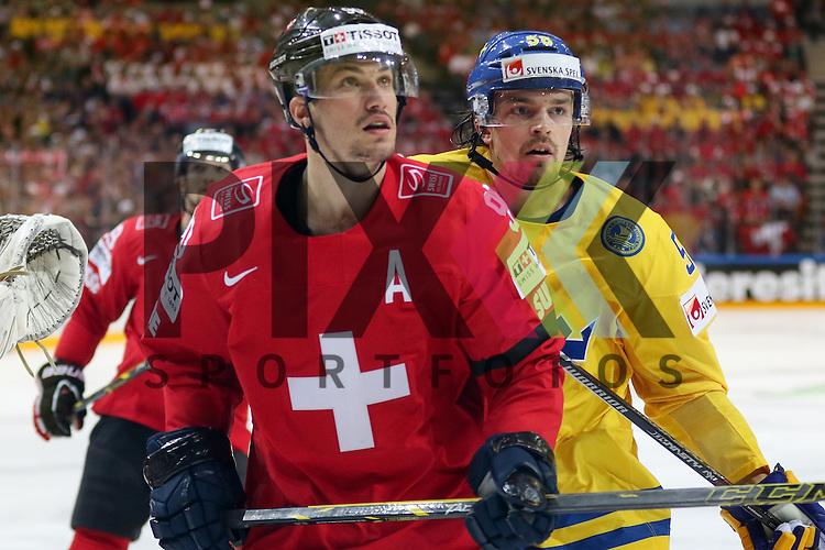Schweizs Josi, Roan (Nr.90) im Zweikampf mit Schwedens Lander, Anton (Nr.58)  im Spiel IIHF WC15 Schweiz vs. Schweden.<br /> <br /> Foto &copy; P-I-X.org *** Foto ist honorarpflichtig! *** Auf Anfrage in hoeherer Qualitaet/Aufloesung. Belegexemplar erbeten. Veroeffentlichung ausschliesslich fuer journalistisch-publizistische Zwecke. For editorial use only.