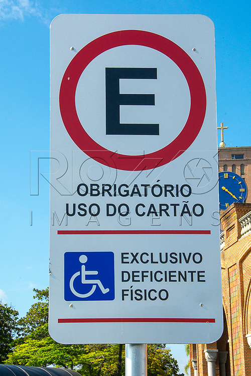 Placa de estacionamento regulamentado para deficientes físicos, Aparecida - SP, 10/2016.