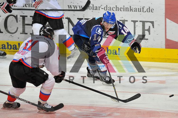 Nuernbergs Ryan Bayda (Nr.11) gegen Mannheims Steve Wagner (Nr.14)  beim Spiel in der DEL, Adler Mannheim - Nuernberg Ice Tigers.<br /> <br /> Foto &copy; Ice-Hockey-Picture-24 *** Foto ist honorarpflichtig! *** Auf Anfrage in hoeherer Qualitaet/Aufloesung. Belegexemplar erbeten. Veroeffentlichung ausschliesslich fuer journalistisch-publizistische Zwecke. For editorial use only.