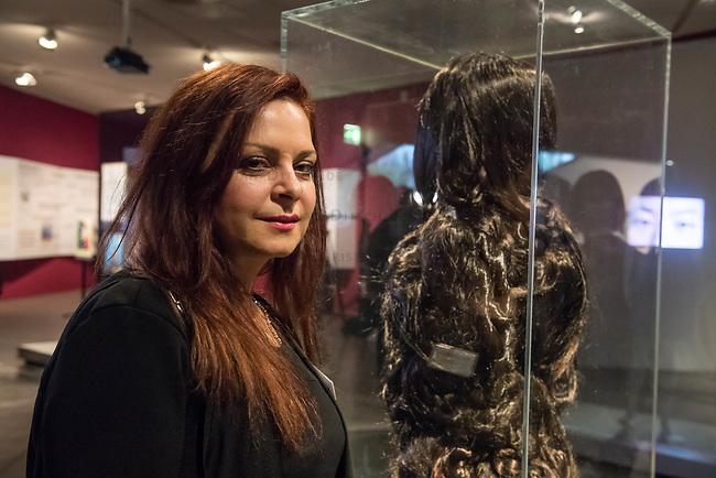 Juedisches Museum zeigt Schau zu Peruecke, Burka und Ordenstracht.<br /> Das Juedische Museum Berlin widmet sich vom 31. Maerz 2017 an in einer Ausstellung der Verhuellung der Frau. Unter dem Titel &bdquo;Cherchez la femme. Peruecke, Burka, Ordenstracht&ldquo; gehe die Schau der Frage auf den Grund, wie viel sichtbare Religiositaet saekulare Gesellschaften heute vertragen, kuendigte das Museum am Dienstag an.<br /> Auffallende religioese Kleidung von Frauen gelte oft als Provokation und sei verbalen Attacken ausgesetzt. Die Ausstellung werfe einen Blick auf die Urspruenge weiblicher Verschleierung und ihre religioesen Bedeutung fuer Judentum, Christentum und Islam.<br /> Auf 400 Quadratmetern werden bis zum 2. Juli die unterschiedlichen Einstellungen zum Umgang mit der weiblichen Verhuellung von Kopf und Koerper seit der Antike gezeigt. Dabei wird die Stellung der Frau zwischen Religion und Selbstbestimmung thematisiert - von der Tradition bis zum religioesen Feminismus. Kuenstlerische Arbeiten reflektieren den Angaben zufolge die Relevanz traditioneller Braeuche fuer die Gegenwart. In Video-Installationen kommen zudem juedische und muslimische Frauen aller Richtungen zu Wort.<br /> Im Bild: Die Kuenstlerin Mandana Moghaddam vor ihrer Skulptur Chelgis I, die aus Haaren besteht. Benannt nach einem persischen Maerchen mit der Heldin Chelgis.<br /> 30.3.2017, Berlin<br /> Copyright: Christian-Ditsch.de<br /> [Inhaltsveraendernde Manipulation des Fotos nur nach ausdruecklicher Genehmigung des Fotografen. Vereinbarungen ueber Abtretung von Persoenlichkeitsrechten/Model Release der abgebildeten Person/Personen liegen nicht vor. NO MODEL RELEASE! Nur fuer Redaktionelle Zwecke. Don't publish without copyright Christian-Ditsch.de, Veroeffentlichung nur mit Fotografennennung, sowie gegen Honorar, MwSt. und Beleg. Konto: I N G - D i B a, IBAN DE58500105175400192269, BIC INGDDEFFXXX, Kontakt: post@christian-ditsch.de<br /> Bei der Bearbeitung der Dateiinformationen darf die Urh