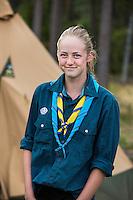20140805 Vilda-l&auml;ger p&aring; Kragen&auml;s. Foto f&ouml;r Scoutshop.se<br /> tjej framf&ouml;r t&auml;lt, scoutskjorta, uppkavlade &auml;rmar, tv&aring; halsdukar, skog,