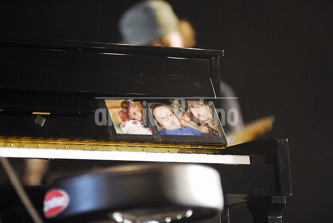 At the piano, the pictures of the kids Chris Martin has with actress Gwyneth Paltrow ....Cold Play in concert for the second day in Santiago de Chile...Photo Lorenzo Moscia/Archivolatino/Redux