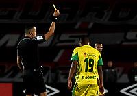 BOGOTA - COLOMBIA, 22-04-2018: Eder Vergara (Izq.), arbitro, muestra tarjeta amarilla a Sebastián Gómez (Der.), jugador de Leones F. C., durante partido de la fecha 17 entre Independiente Santa Fe y Leones F. C., por la Liga Aguila I 2018, en el estadio Nemesio Camacho El Campin de la ciudad de Bogota. / Eder Vergara (L), referee, shows yellow card to Sebastian Gomez (R) player of Leones F. C., during a match of the 17th date between Independiente Santa Fe and Leones F. C., for the Liga Aguila I 2018 at the Nemesio Camacho El Campin Stadium in Bogota city, Photo: VizzorImage / Luis Ramirez / Staff.