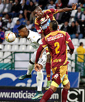 MANIZALES - COLOMBIA, 28-11-2015: Johan Arango (Izq) de Once Caldas disputa el balón con Didier Delgado (Der) de Deportes Tolima durante partido de ida de los cuadrangulares finales de la Liga Águila II 2015 jugado en el estadio Palogrande de la ciudad de Manizales. / Johan Arango (L) player of Once Caldas fights for the ball with Didier Delgado (R) player of Deportes Tolima during first leg match of the finals quadrangular of the Aguila League II 2015 played at Palogrande stadium in Manizales city. Photo: VizzorImage / Santiago Osorio /