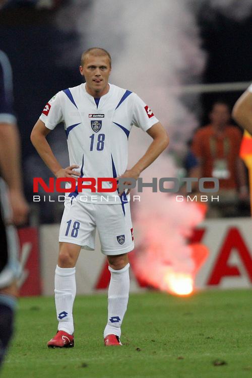 FIFA WM 2006 -  Gruppe C Vorrunde ( Group C )<br /> Play   #21 (16-Jun) - Agrentinien - Serbien / Montenegro<br /> <br /> Zvonimir Vukic von Serbien und Montenegro streckt nach dem Gegentor zum 4:0 die Zunge raus. Im Hintergrund brennt eine Leuchtrakete.<br /> <br /> Foto &copy; nordphoto