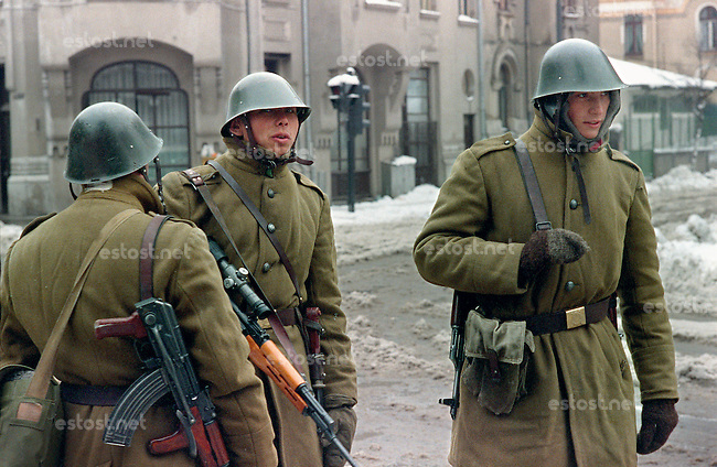 ROMANIA, Stirbei Voda street, Bucharest, 25.01.1990..Soldiers controle the cars in Stirbei Voda..© Andrei Pandele / EST&OST