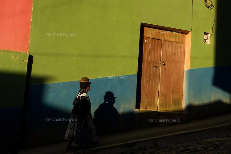 12.02.2010 Coroico (Bolivia)<br /> <br /> Woman walking in the street.<br /> <br /> Femme marchant dans la rue.