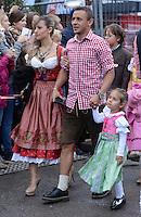FUSSBALL   1. BUNDESLIGA   SAISON 2012/2013    Die Mannschaft des FC Bayern Muenchen besucht das Oktoberfest am 07.10.2012 Rafinha mit Frau und Kind