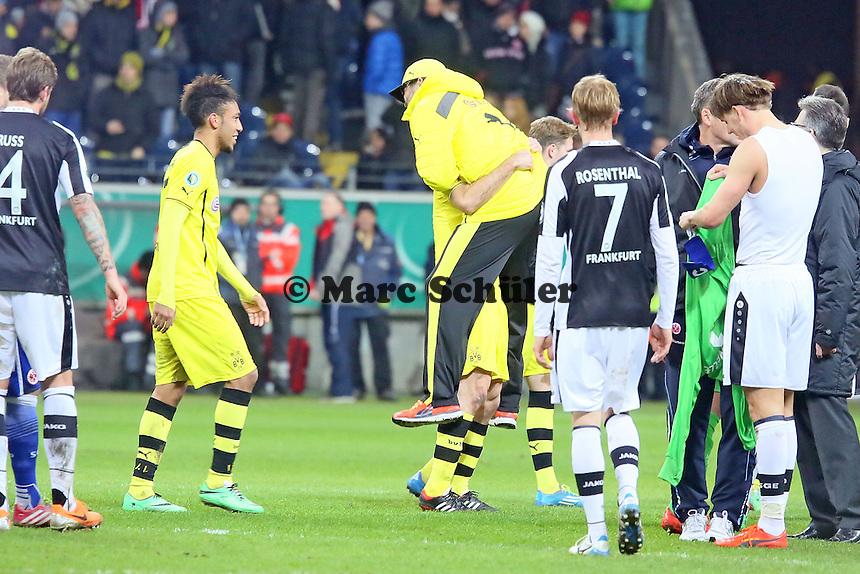 Trainer Juergen Klopp (BVB) wird von Sokratis hochgehoben - Eintracht Frankfurt vs. Borussia Dortmund, DFB-Pokal Viertelfinale