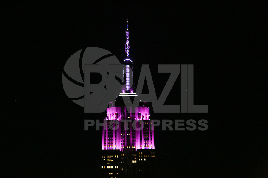 NOVA YORK, ESTADOS UNIDOS, 07.08.2015 - HOMENAGEM-VETERANOS - Vista do Empire State Building com iluminação roxa em Manhanttan na cidade de New York nos Estados Unidos. A iluminação celebra o Purple Heart Day para homenagear e agradecer os veteranos de guerra dos Estados Unidos. (Foto: William Volcov/Brazil Photo Press)