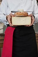 Europe/France/Aquitaine/64/Pyrénées-Atlantiques/Pays Basque/Saint-Pée-sur-Nivelle/Helbarron: L'Auberge Basque de Cédric Béchade. Cédric Béchade. et ses  fromages du pays  basque